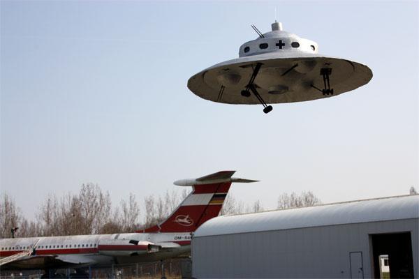 Ufo1 母親の家にいたときの話だ。 母親が「あれなんや?UFOか?」というのだ... 母の家で